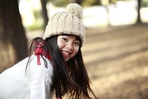 笑顔でこちらを見るニット帽の少女の写真素材 [FYI04629774]
