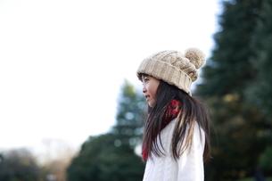 遠くを見つめるニット帽の少女の横顔の写真素材 [FYI04629781]
