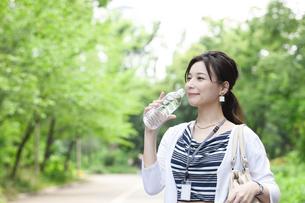 飲料水を飲むビジネスウーマンの写真素材 [FYI04629921]