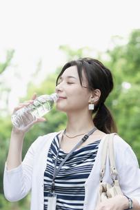 飲料水を飲むビジネスウーマンの写真素材 [FYI04629922]