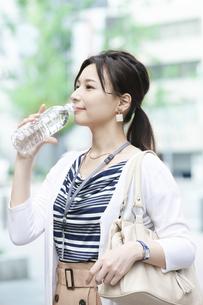 飲料水を飲むビジネスウーマンの写真素材 [FYI04629924]