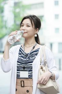 飲料水を飲むビジネスウーマンの写真素材 [FYI04629925]