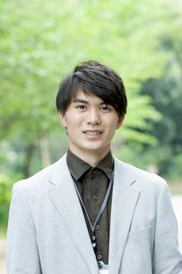 ジャケットを着たビジネスマンの写真素材 [FYI04629932]