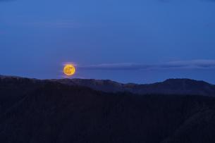 高ボッチ高原から見る月の出の写真素材 [FYI04629983]