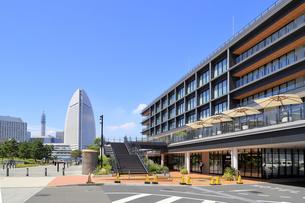 インターコンチネンタルホテルと新港ふ頭の風景の写真素材 [FYI04630175]
