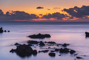 日の出直前の海の写真素材 [FYI04630196]