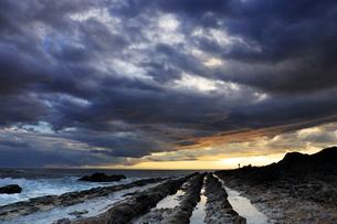 島根半島での日の出と釣り人の写真素材 [FYI04630199]