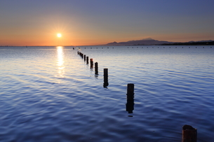 島根県の中海からの伯耆大山と日の出の写真素材 [FYI04630200]