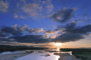 島根県斐伊川河口からの日の出の写真素材 [FYI04630212]
