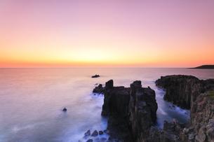 北陸 日本海に東尋坊と夕焼け空の写真素材 [FYI04630653]