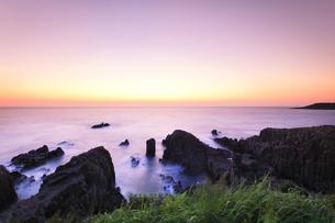 北陸 日本海に東尋坊と夕焼け空の写真素材 [FYI04630654]