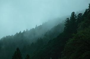 山間の霧の写真素材 [FYI04630676]