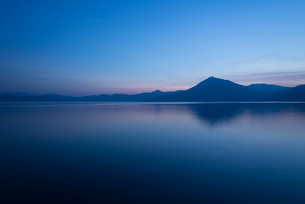 Twilight blue(支笏湖)の写真素材 [FYI04630754]