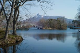 駒ヶ岳と大沼に架かる橋の写真素材 [FYI04630758]