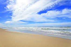 海と空に雲の写真素材 [FYI04631031]