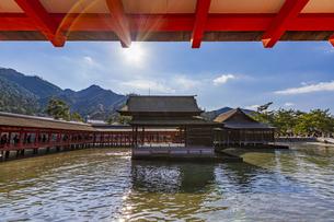 厳島神社 西廻廊に囲まれる能舞台の写真素材 [FYI04631188]