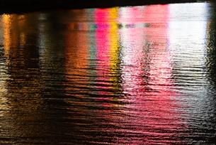 中州 水に反映する電飾の写真素材 [FYI04631350]
