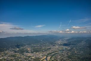 和歌山県紀の川市、龍門山付近から紀ノ川沿いに奈良方面を空撮の写真素材 [FYI04631714]