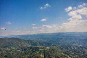 和歌山県紀の川市、百合山上空から龍門山まで空一面に広がるパラグライダーの飛行風景の写真素材 [FYI04631717]
