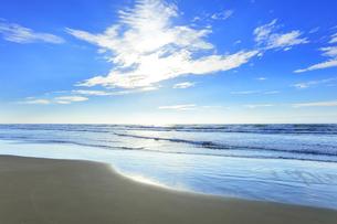 海と空に雲と太陽の写真素材 [FYI04631725]