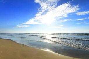 海と空に雲と太陽の写真素材 [FYI04631726]