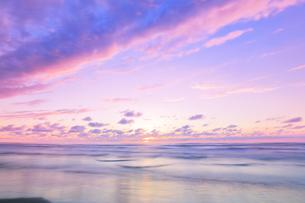 夕焼けの空と海の写真素材 [FYI04631729]