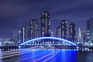 永代橋と隅田川の屋形船の光跡の夜景の写真素材 [FYI04631747]
