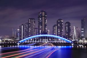 永代橋と隅田川の屋形船の光跡の夜景の写真素材 [FYI04631767]