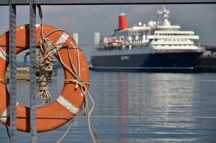 港の客船と救命浮き輪の写真素材 [FYI04631777]