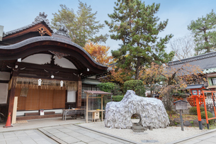 京都の安井金比羅宮と縁切り縁結び碑の写真素材 [FYI04631779]