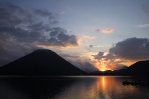 群馬県の名峰 日の出の榛名湖と榛名富士山の写真素材 [FYI04631871]
