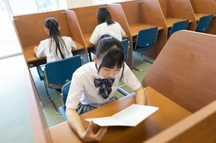 自習する女子高生の写真素材 [FYI04631992]