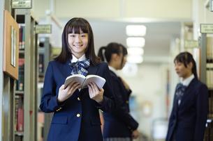 図書室の女子高生の写真素材 [FYI04632010]