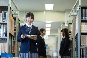 図書室の女子高生の写真素材 [FYI04632015]