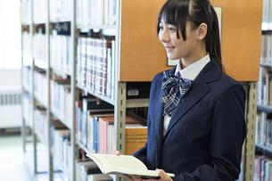 図書室の女子高生の写真素材 [FYI04632021]
