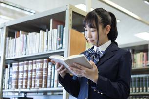 図書室で読書する女子高生の写真素材 [FYI04632024]