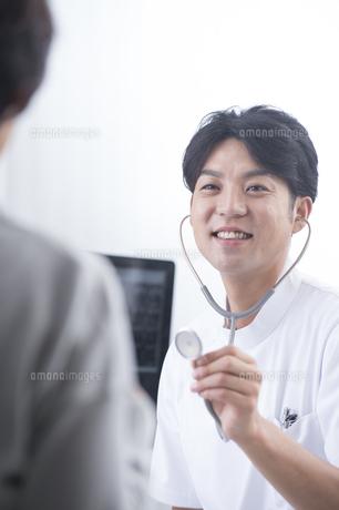 患者を診察する医者の写真素材 [FYI04632047]
