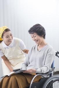 車椅子のシニア女性と介護士の写真素材 [FYI04632056]