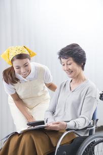 車椅子のシニア女性と介護士の写真素材 [FYI04632058]