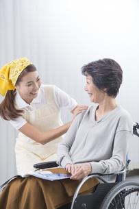 車椅子のシニア女性と介護士の写真素材 [FYI04632060]