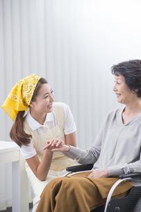 車椅子のシニア女性と介護士の写真素材 [FYI04632062]