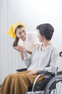 車椅子のシニア女性と介護士の写真素材 [FYI04632063]