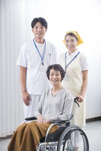 車椅子のシニア女性と医者と介護士の写真素材 [FYI04632069]