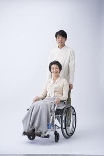 車椅子のシニア女性と孫の写真素材 [FYI04632074]