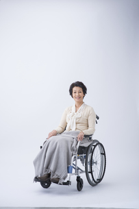 車椅子のシニア女性の写真素材 [FYI04632077]
