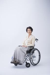 車椅子のシニア女性の写真素材 [FYI04632080]