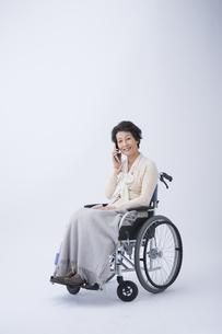 車椅子のシニア女性の写真素材 [FYI04632082]