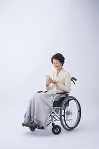 車椅子のシニア女性の写真素材 [FYI04632083]