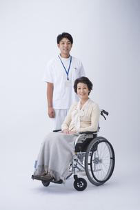 車椅子のシニア女性と介護士の写真素材 [FYI04632085]