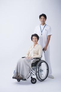 車椅子のシニア女性と介護士の写真素材 [FYI04632087]